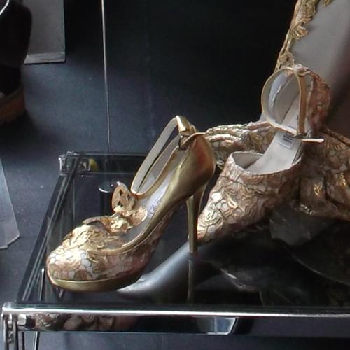 Magassarkú arany csipkés mini platform cipő - Kaláka Collection