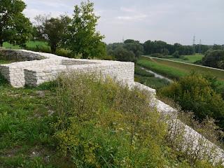 Bild 6: Aufgemauertes Mauerstück an der Südwestecke des Kastells Abusina-Eining