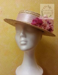 canotier de copa baja con adorno de hortensias en fucsia y rosa