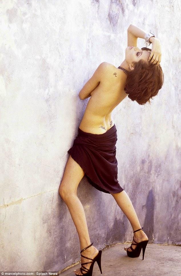 Angelina Jolie Topless Saat Masih 19 Tahun