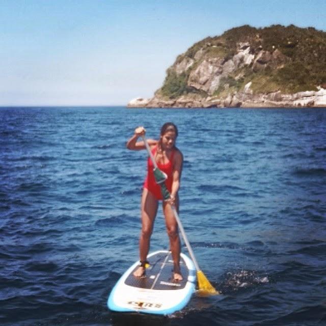 A atriz Ildi Silva mostra elasticidade na prancha