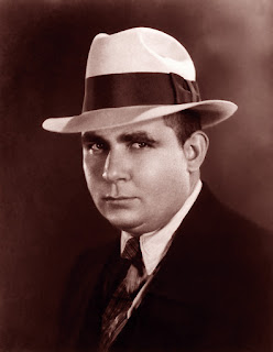 Porträtt av Robert E Howard i hatt och kostym.