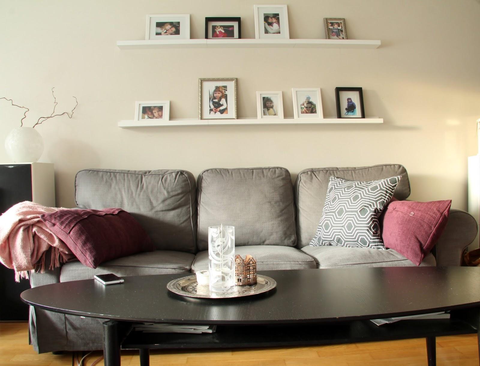 ikea ektorp sohva, tauluhylly, tauluseinä