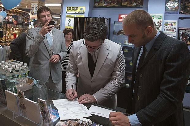 Welker fotografava Everhart, enquanto este assina o documento que consumou a união homoafetiva (Foto: Adrees Latif/Reuters)
