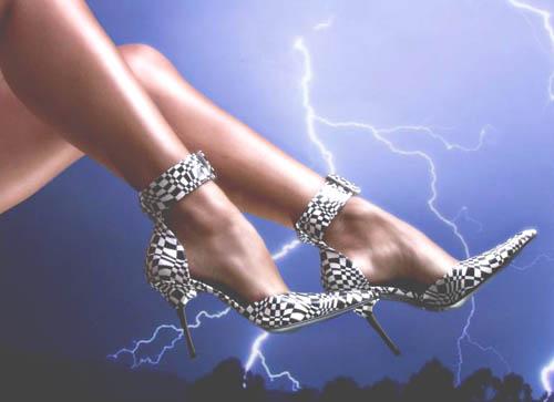 memilih sepatu wanita hak tinggi