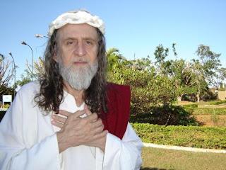 Inri Cristo critica evangélicos que fazem barulho nas igrejas