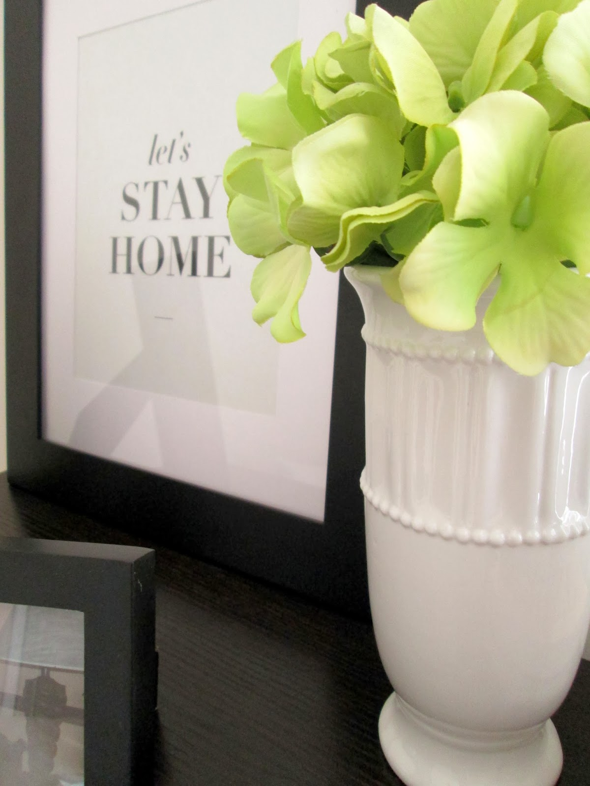 Bookshelf decor with free printable and vase with hydrangeas