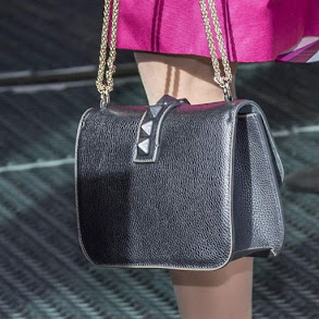 Italian luxury brand Emilio Pucci, a matching pink coat, burgundy suede heels and her black nitbeströdda Valentino bag she arrived by car at the Karolinska Institute in Solna