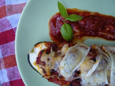 Cukinia faszerowana mięsem mielonym w sosie pomidorowym