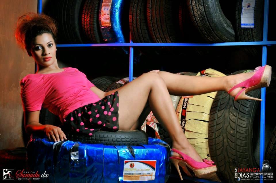 Hashini Madumanjali sexy thighs