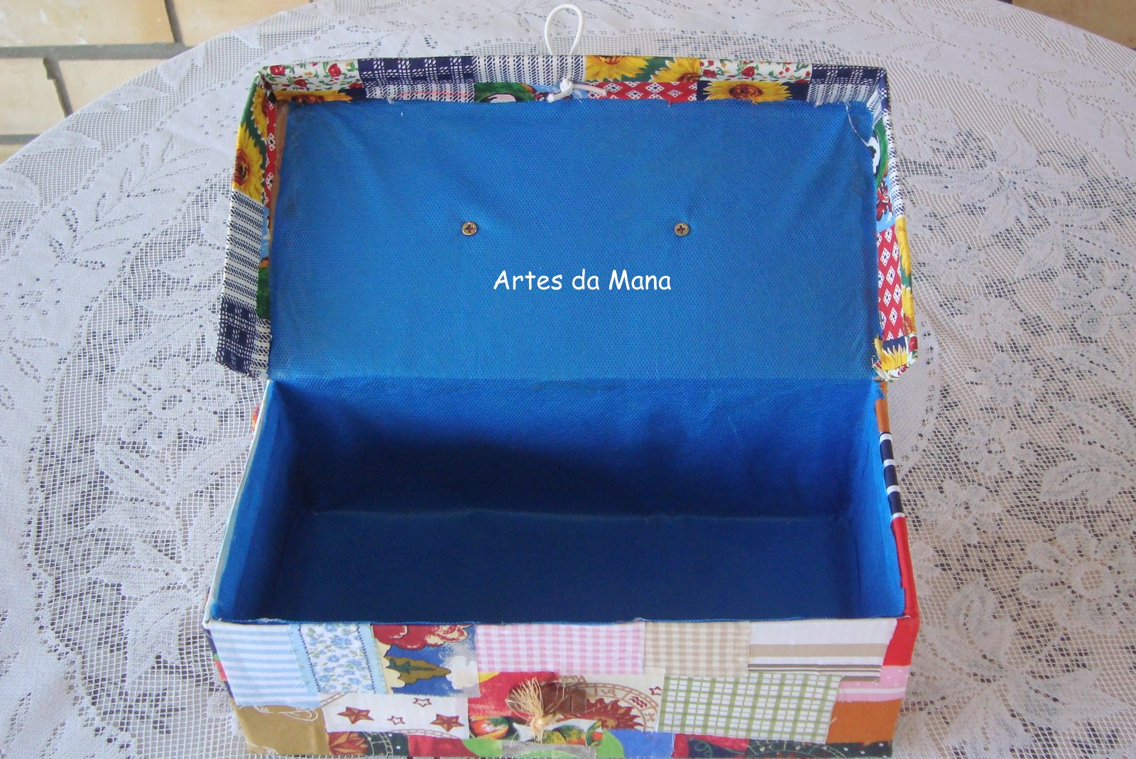 lugar e organizados em uma maleta caixa de sapato de café de leite #2065AB 1600x1069