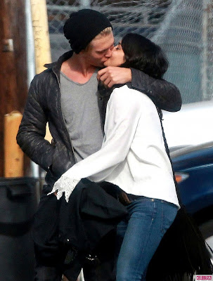 Vanessa Hudgens and Austin Butler Kissing