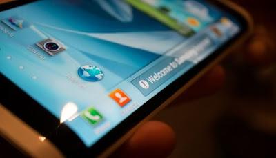 La CES 2013 está llegando a su fin, y es este mismo momento en donde las empresas y compañías desarrolladoras de dispositivos móviles muestran lo mejor que tenían guardado, sus cartas secretas, al público para dejarlos colgando de un hilo de intriga y desesperación por saber más. Y si bien la noticia de un procesador de 8 núcleos parecía haber sido la mejor carta de Samsung, ahora veremos que tenían una carta secreta todavía mejor guardada. Esta se trata del Samsung Youm, un smartphone que parece revolucionario en cuestión de tecnología de pantalla utilizada, ya que es uno de los