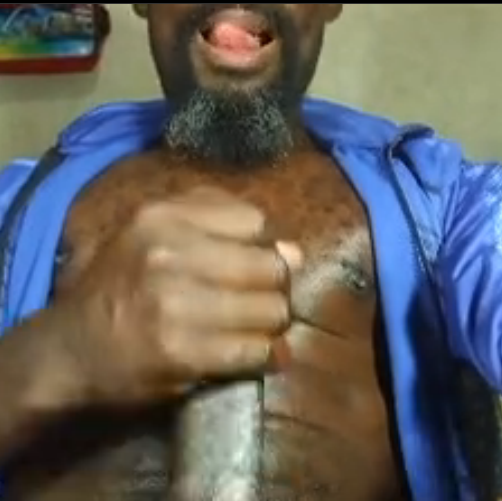 Negro barbudo safado pauzudo desejando Feliz Ano Novo e gozando gostoso. (fotos e vídeo)