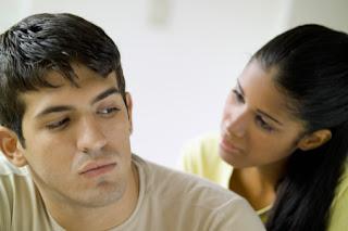 أزيلي اكتئاب زوجك ب 10 نصائح - رجل حزين مكتئب يكره امرأة - sad man