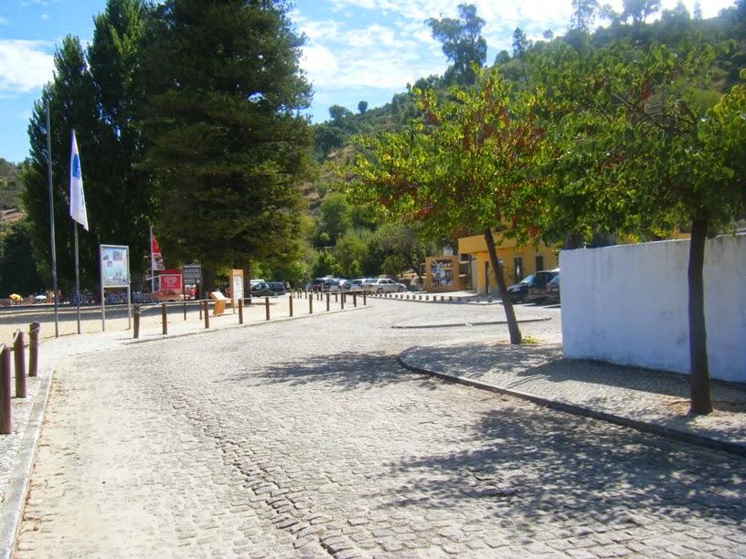 Estrada em paralelos na entrada da Praia