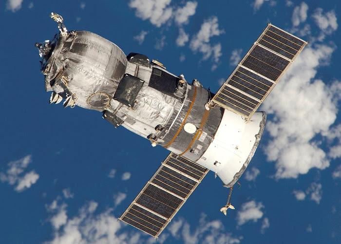 Một tàu Progress khi đang trên đường làm nhiệm vụ vào tháng 6 năm 2005. Hình được chụp bởi phi hành đoàn của Expedition 11.