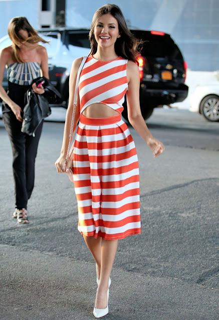 Nữ ca sĩ rạng ngời đi dự tiệc thời trang cùng bộ đầm cut-out kẻ sọc cam - trắng tươi tắn của thương hiệu Asos.