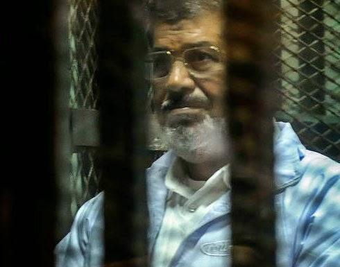 """مرسي يهتف """" لبيك يا غزة """" في بداية محاكمته"""
