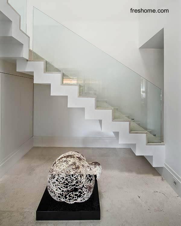 Escalera interior minimalista en casa de Madrid