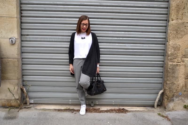 blouse blanche H&M, pantalon gris Pimkie, stan smith zébre, sac balenciaga , collier amelys creation