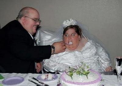 - Моя жена за год поправилась на 80 килограмм. - Выгони ее на фиг. - Поздно, она уже в входную дверь не пролазит.