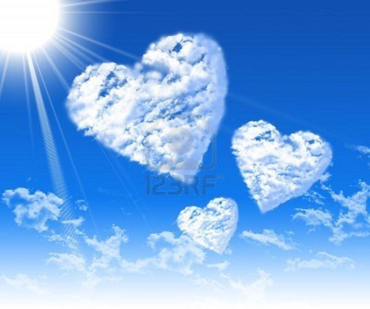 7933464 im genes de corazones en el cielo azul sobre un fondo de nubes