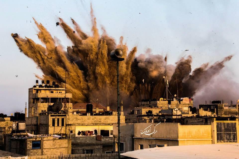صورة قصف أحد المنازل في غزة من قبل الاحتلال الصهيوني