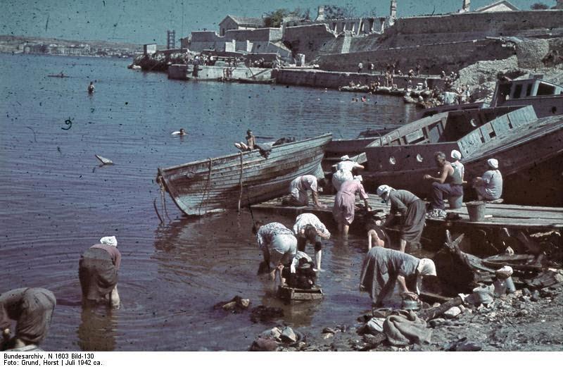 Стирка одежды в порту Севастополя