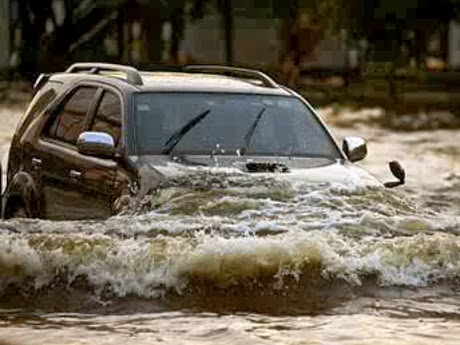 toyota fortuner melibas banjir