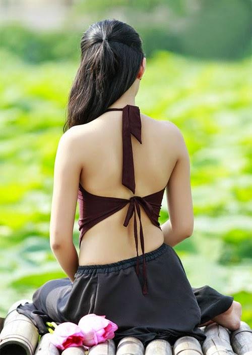 Vietnam girls in ancient costumes