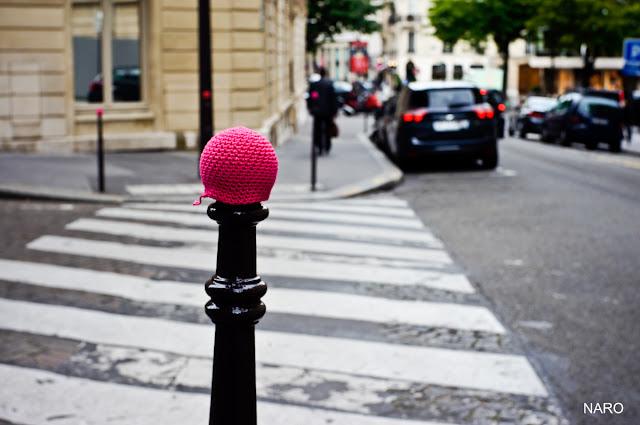 bonnet poteau voyageur julie adore crochet yarnbombing street art paris