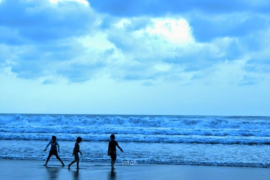 tarian ombak di tepi pantai petitenget pulau bali
