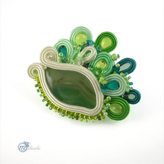 Zielona sutaszowa broszka z agatem. Wykonanie- multanka.