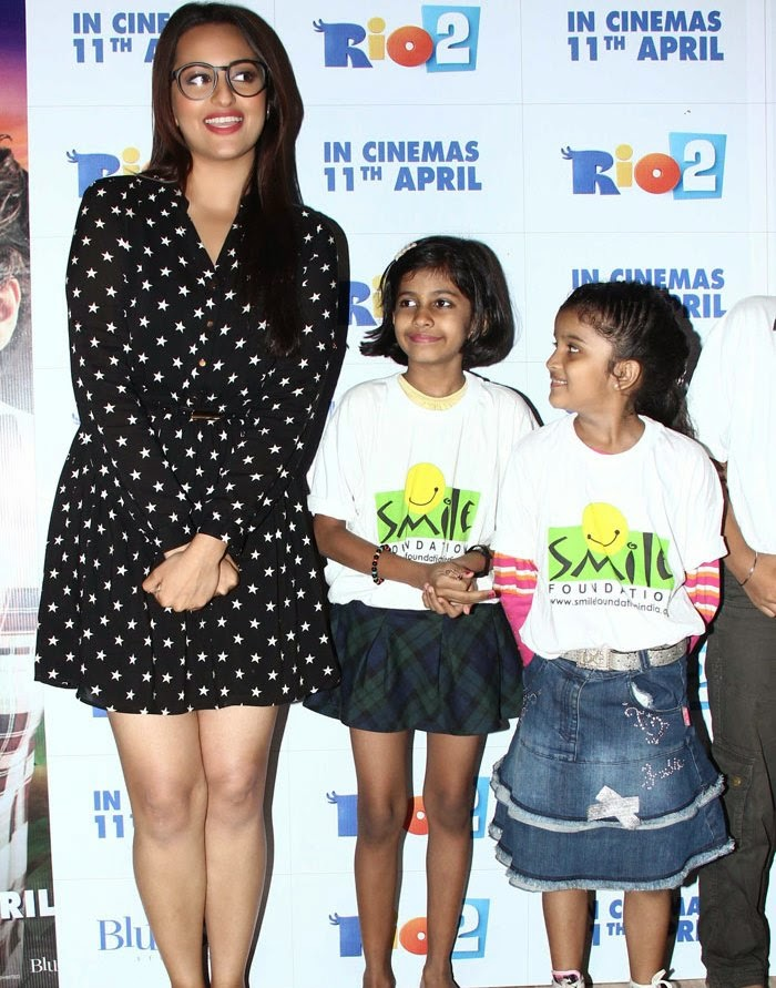 http://2.bp.blogspot.com/-sEr1z_CZlnY/U0OJXeZXn8I/AAAAAAAAnxA/qA52yl591r0/s1600/Sonakshi+Sinha+in+shorts+at+Rio+2+screening+Hot+Images+(6).jpg