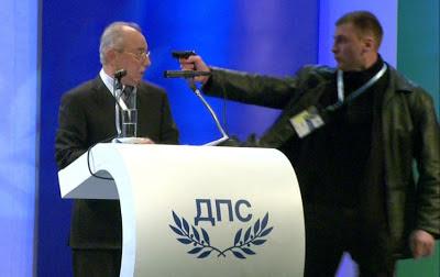 Político teve arma apontada à sua cabeça [vídeo]