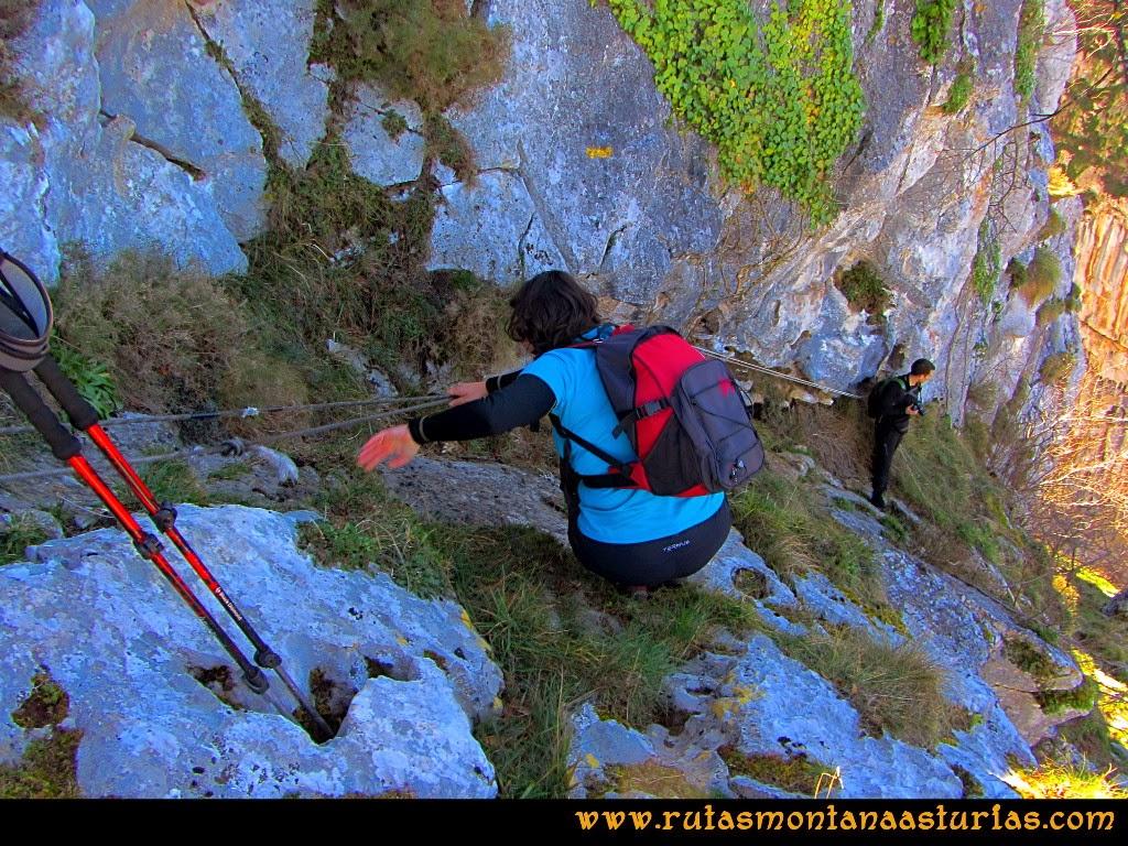 Rutas Montaña Asturias de las Pinturas Rupestres de Fresnedo: Bajando al abrigo Cochantoria