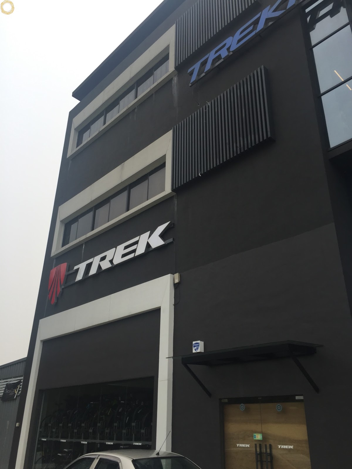 The trek bicycle shop cycling addicts for Showroom definicion