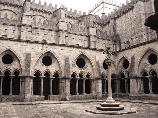Claustros de la Sé en el interior de la catedral de Oporto