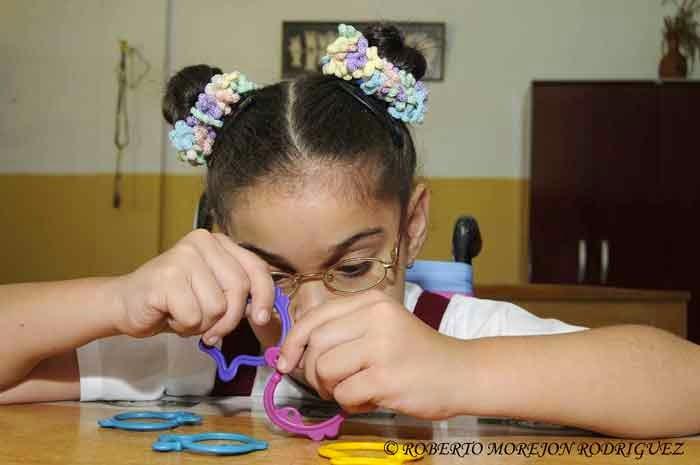 Pionera realizando ejercicios de habilidades en la escuela especial Solidaridad con Panamá, en La Habana, Cuba, el 9 de septiembre de 2014.
