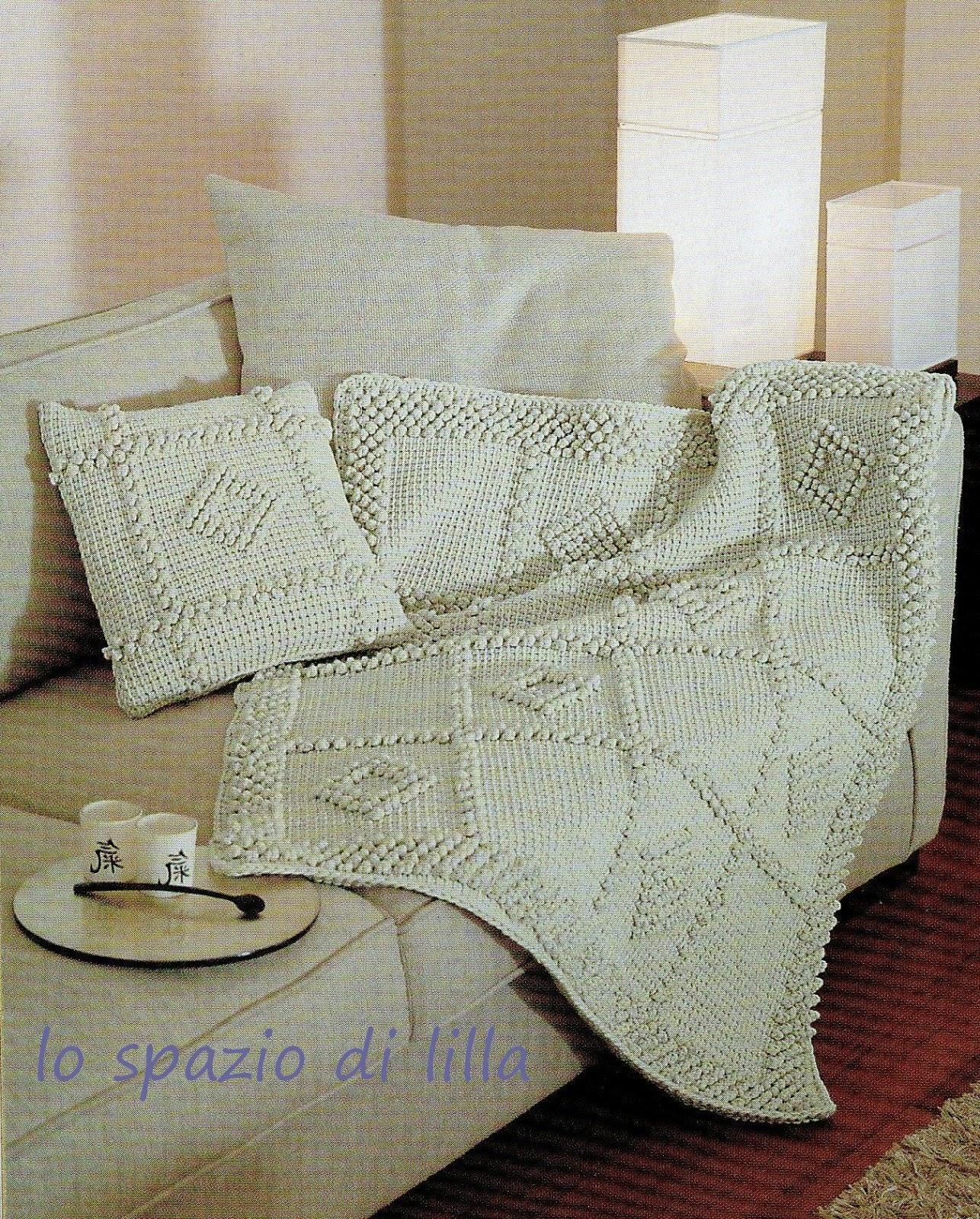 Lo spazio di lilla uncinetto tunisino il cuscino ed il plaid con le