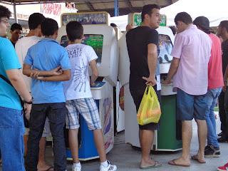 Fila para jogar nos arcades, antigos fliperamas.