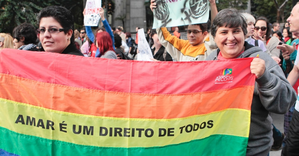 Participantes da caminhada carregam bandeiras e cartazes em forma de protesto contra a discriminação sexual (Foto: Fernando Donasci)