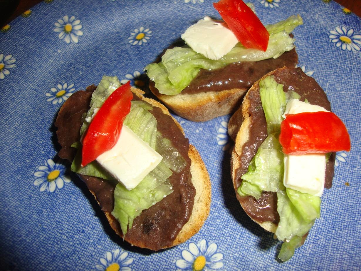 Mini molletes con queso crema