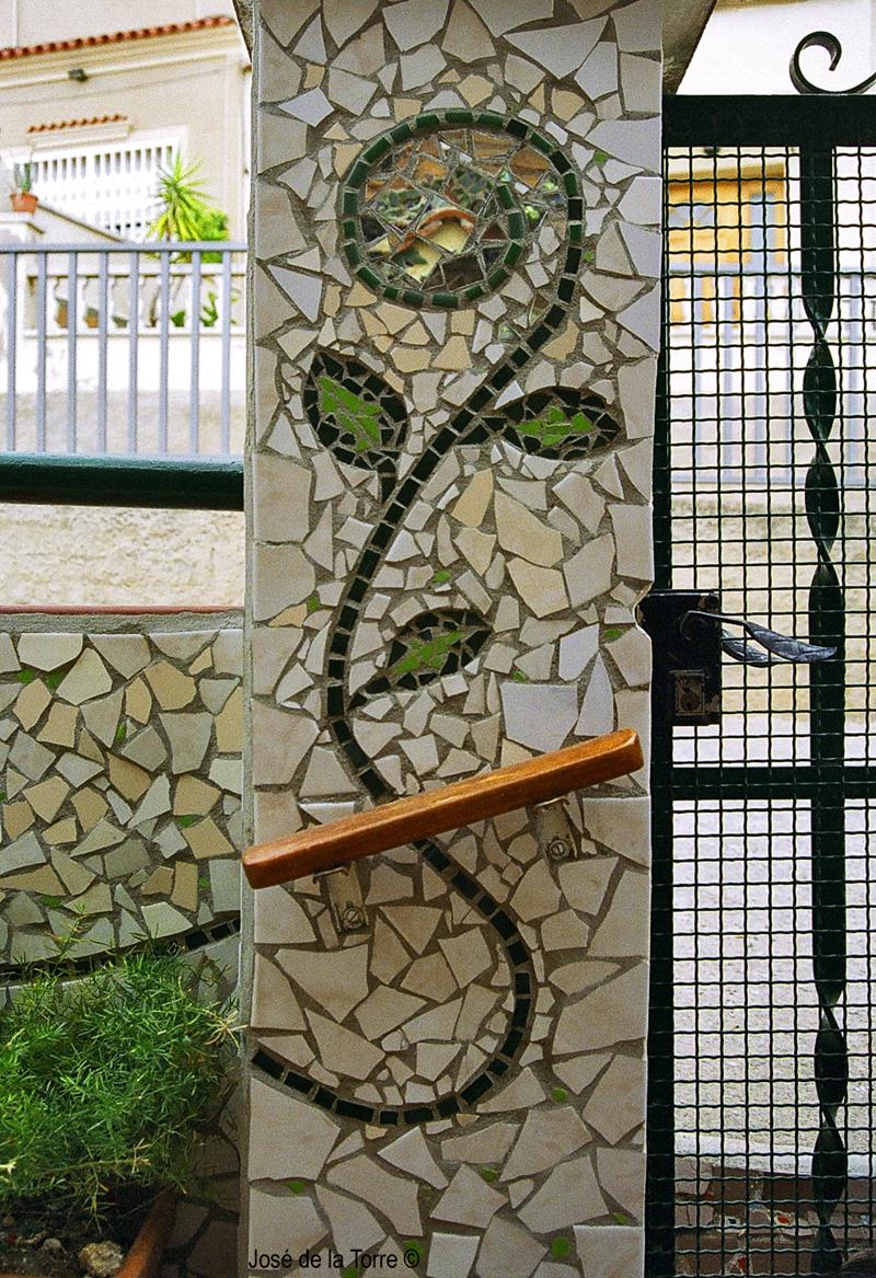 Joan seriny muro exterior en trencad s mosaicos for Precio mosaicos para exterior