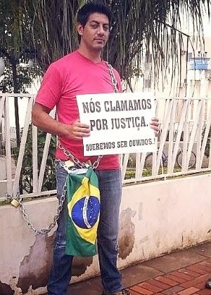 Locutor que investiu R$ 35 mil na Telexfree, faz greve de fome, acorrentado em frente ao prédio do MP-AC.