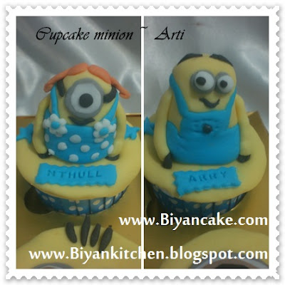 Cupcake minion couple