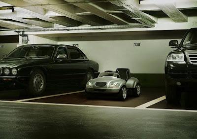 Mini carro estacionado entre dois carros bem grandes