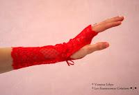 mitaines sexy et glamour en véritable dentelle de calais rouge parfaite pour accessoiriser un costume de mère noël sexy et pin-up