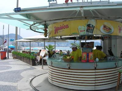 Quiosco en Playa Copacabana, Rio de Janeiro, Brasil, La vuelta al mundo de Asun y Ricardo, round the world, mundoporlibre.com